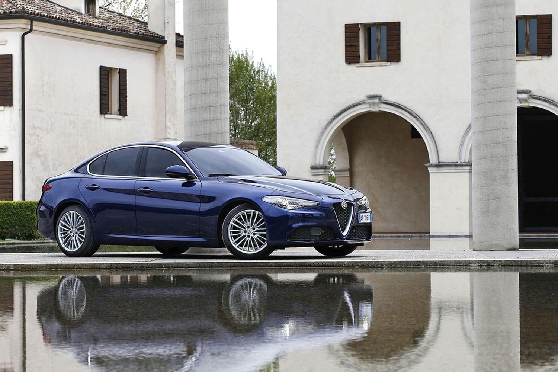 Alfa Romeo Giulia zijaanzicht voorkant